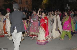 parata degli invitati alle nozze
